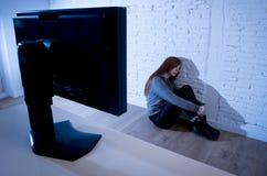 Missbrauchtes leidendes Internet des Jugendlichen Frau, das erschrockenes trauriges deprimiertes im Furchtgesichtsausdruck cyberb Stockbild