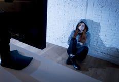 Missbrauchtes leidendes Internet des Jugendlichen Frau, das erschrockenes trauriges deprimiertes im Furchtgesichtsausdruck cyberb Lizenzfreie Stockbilder