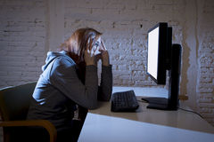 Missbrauchtes leidendes Internet des Jugendlichen Frau, das erschrockenes trauriges deprimiertes im Furchtgesichtsausdruck cyberb Lizenzfreies Stockbild