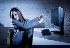 Missbrauchtes leidendes Internet des Jugendlichen Frau, das erschrockenes trauriges deprimiertes im Furchtgesichtsausdruck cyberb Stockfotografie