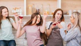 Missbruk för alkohol för gyckel för parti för barnkvinnor tillfälligt arkivbilder