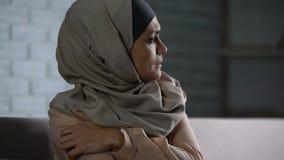 Missbrukat arabiskt kvinnligt tänka av problem, desperat kvinna som oroar, ångest lager videofilmer