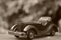missbrukat som tappning för toy för pojkebilfotograf Royaltyfri Bild