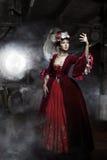 Misser in de oude kleding met trein royalty-vrije stock fotografie