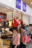 Misser het winkelen gids die zich moeilijk te verkopen kleden Stock Afbeelding