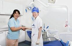 Misser tandarts en haar patiënt in kliniek Stock Foto's