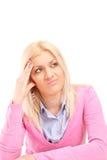 Missfallene blonde Frau, die ein Gesicht macht Stockfotografie
