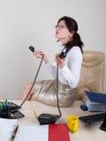 Missfallene Frau beschließen Telefon, um zu antworten Lizenzfreies Stockbild