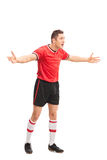 Missfallener Fußballspieler, der mit seinen Händen gestikuliert Lizenzfreie Stockbilder