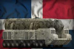 Missile balistique intercontinental avec le camouflage de ville sur le fond de drapeau national de la R?publique Dominicaine  ill illustration stock