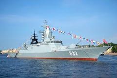 Missile Corvette Boykiy en rivière de Neva avant des célébrations de jour de marine St Petersburg Image libre de droits