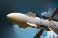 Missile da crociera sotto la protezione di un aereo del cacciabombardiere fotografie stock