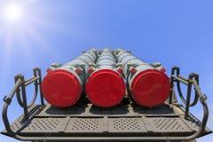 Missiler av det självgående systemet Buk M3 på bakgrunden för blå himmel arkivfoto