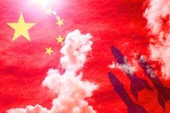 Missiler framme av den soliga kinesiska flaggan arkivfoto
