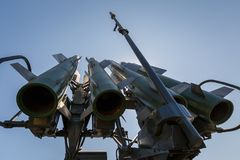 Missili del sistema di missile terra-aria a medio raggio automotore russo Buk-M2 contro il cielo blu ed il sole fotografia stock libera da diritti
