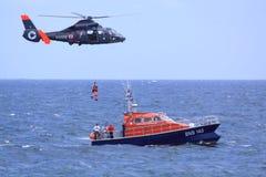 Mission de sauvetage de garde-côte en cours images stock
