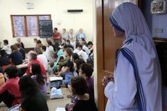 Missionnaires de la charité à la masse dans la Chambre de mère, Kolkata Photos stock
