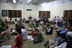Missionnaires de la charité de Mère Teresa à la masse dans la Chambre de mère, Kolkata Photographie stock libre de droits