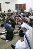 Missionnaires de la charité de Mère Teresa à la masse dans la Chambre de mère, Kolkata Photos libres de droits