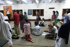 Missionnaires de la charité et volontaires à la masse dans la Chambre de mère, Kolkata Photos stock