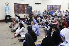 Missionnaires de la charité et volontaires à la masse dans la Chambre de mère, Kolkata Image libre de droits