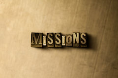 MISSIONS - plan rapproché de mot composé par vintage sale sur le contexte en métal Photographie stock