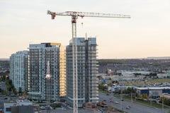 Mississauga, Canada - 11 agosto 2018: Grande gru in un cantiere del condominio Immagine Stock Libera da Diritti