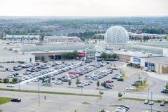 Mississauga, Canada - 11 agosto 2018: Il punto di vista di Erin Mills Town Centre ed i suoi parcheggi hanno riempito di automobil Fotografia Stock