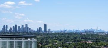 Mississauga et horizons de Toronto vus d'un ayant beaucoup d'étages Photo libre de droits