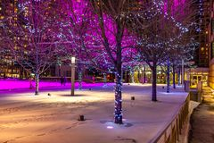 Mississauga, Kanada, am 14. Februar 2019: Park am Quadrat eins während des Winters, Mitte von Mississauga-Stadt lizenzfreies stockfoto