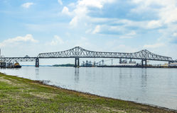 Mississippi River bro i Baton Rouge Louisiana Arkivbilder