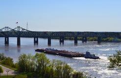 Mississippi River broar och pråm royaltyfri foto