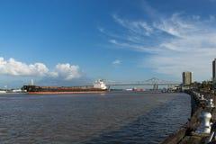 Mississippi River i den New Orleans riverfronten med lastfartyg som navigerar i floden Arkivbilder