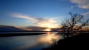 Mississippi River uttag från sjön Bemidji i Minnesota på solnedgången i tidigt gem för vårtidschackningsperiod arkivfilmer
