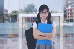 Misslynt student framme av universitetet royaltyfri fotografi