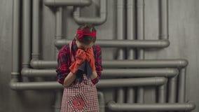 Missmutige Hausfrau überbelastet mit dem Hausarbeitschreien stock video