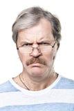 Missmutiger kaukasischer fälliger Mann in den Gläsern getrennt Stockfoto