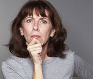 Missnöjd härlig 50-talkvinna som ser ilsken Arkivbilder