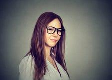 Missnöjd ilsken pessimistisk kvinna med den dåliga inställningen som ser dig Fotografering för Bildbyråer
