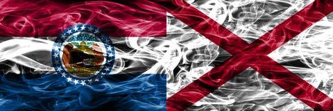 Missouri contra las banderas coloridas del humo del concepto de Alabama colocadas de lado a lado foto de archivo libre de regalías
