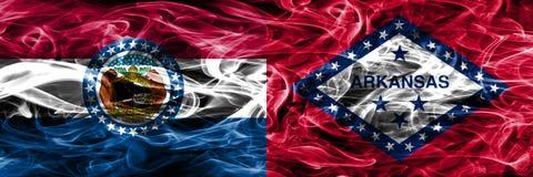 Missouri contra las banderas coloridas del humo del concepto de Arkansas colocadas de lado a lado fotos de archivo