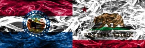 Missouri contra las banderas coloridas del humo del concepto de California colocadas de lado a lado imagen de archivo