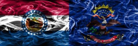Missouri contra las banderas coloridas del humo del concepto de Dakota del Norte colocadas de lado a lado imagen de archivo libre de regalías