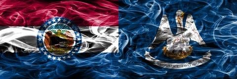 Missouri contra las banderas coloridas del humo del concepto de Luisiana colocadas de lado a lado imagenes de archivo
