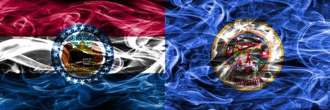 Missouri contra las banderas coloridas del humo del concepto de Minnesota colocadas de lado a lado imagen de archivo libre de regalías