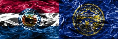 Missouri contra las banderas coloridas del humo del concepto de Nebraska colocadas de lado a lado foto de archivo