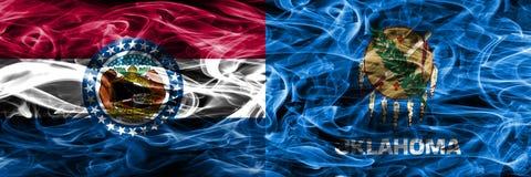 Missouri contra las banderas coloridas del humo del concepto de Oklahoma colocadas de lado a lado imágenes de archivo libres de regalías