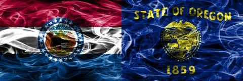 Missouri contra las banderas coloridas del humo del concepto de Oregon colocadas de lado a lado imagen de archivo libre de regalías