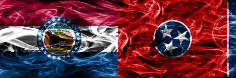 Missouri contra las banderas coloridas del humo del concepto de Tennessee colocadas de lado a lado imágenes de archivo libres de regalías