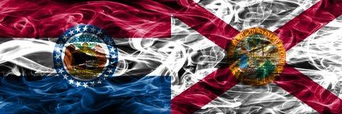 Missouri gegen Konzept-Rauchflaggen Floridas die bunten nebeneinander gesetzt stockfoto